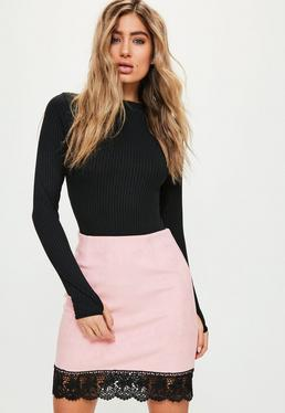 Różowa zamszowa spódniczka mini z ozdobną koronką