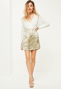 Beżowa satynowa spódniczka mini z kwiecistym haftem i rozporkiem po boku