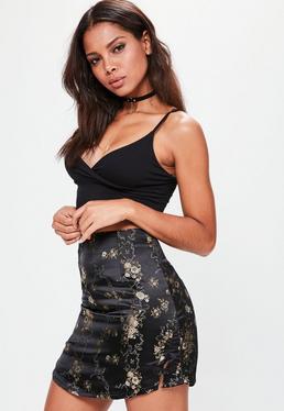 Czarna satynowa spódniczka mini z kwiecistym haftem i rozporkiem po boku
