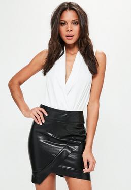 Mini falda asimétrica de cuero sintético en negro