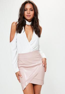 Mini falda asimétrica de cuero sintético en rosa