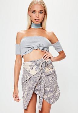 Beżowa asymetryczna spódnica mini w orientalne wzory wiązana z przodu