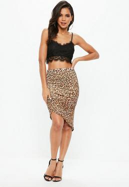 Falda midi con fruncidos de estampado de leopardo en marrón