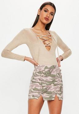 Minifalda con entrelazados de estampado camuflaje en rosa