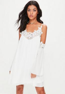 Vestido recto de encaje con hombros descubiertos en blanco