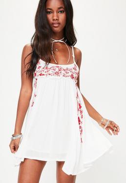 Vestido con bordados en blanco