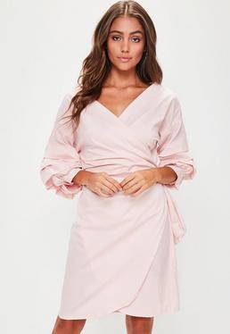 Vestido cruzado con volantes en rosa