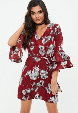 Burgundowa sukienka w kwiatowe wzory