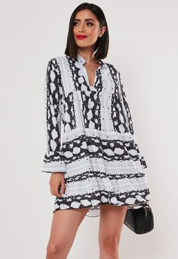 Серое платье-халат с рюшами и змеиным принтом