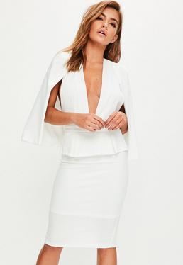 Vestido midi con capa en blanco