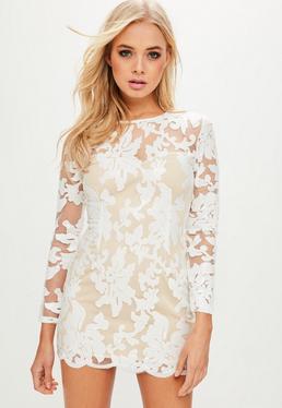 Biała sukienka w kwiatowe wzory