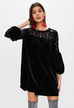 Vestido con bordados de terciopelo en negro