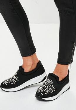 Black Embellished Toe Runners