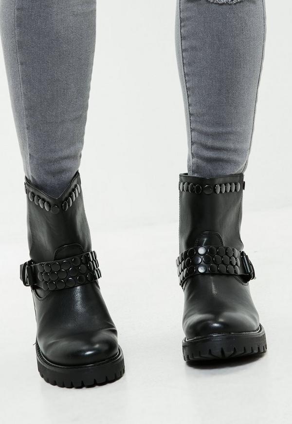 schwarze nieten biker boots mit schnalle missguided. Black Bedroom Furniture Sets. Home Design Ideas