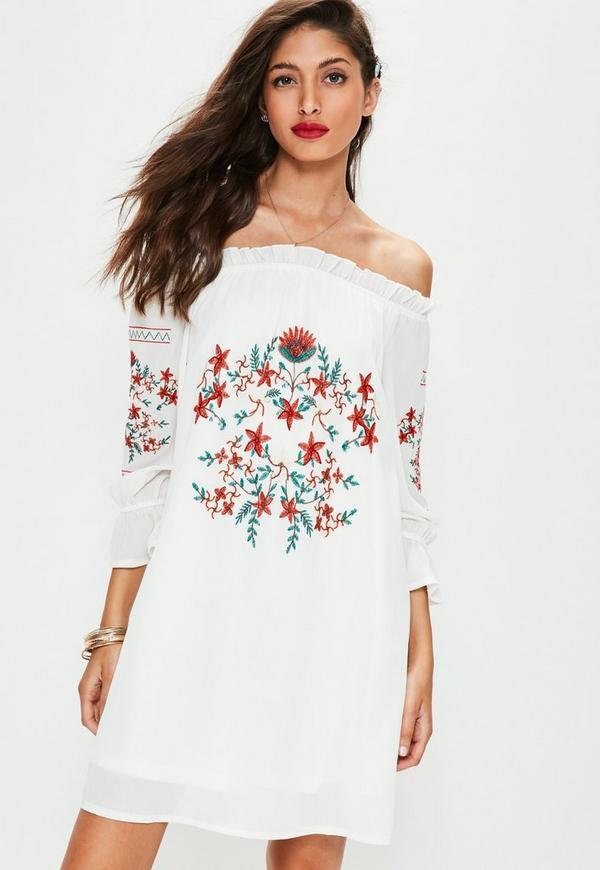 Blumenbesticktes Carmen-Kleid in Weiß | Missguided