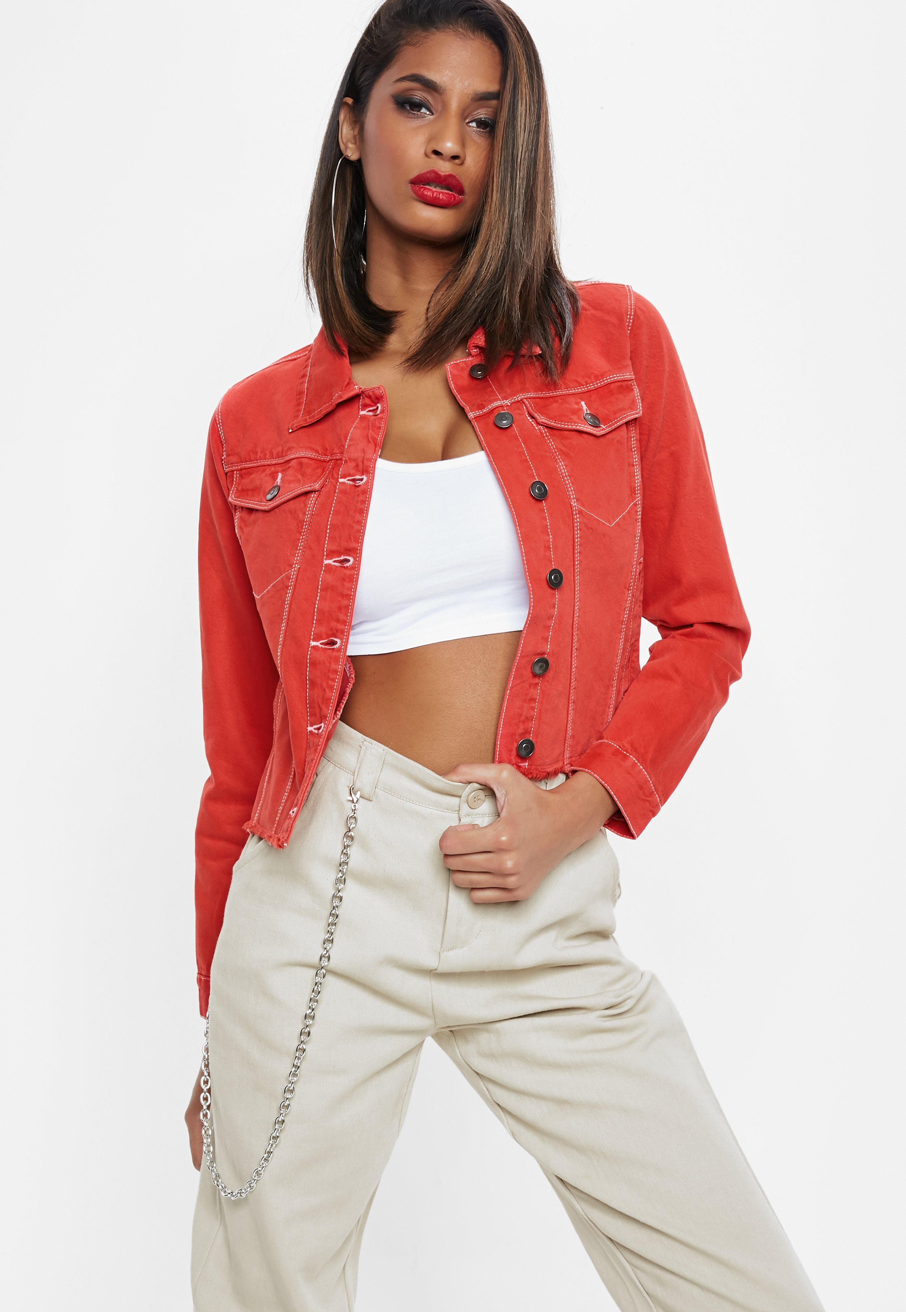 Rote jeansjacke zerrissen