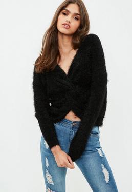 Czarny zawijany puchaty sweter