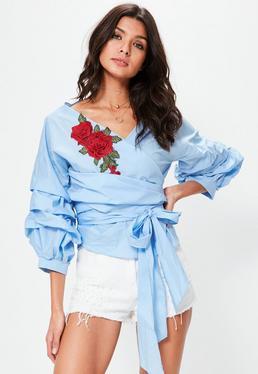 Top cruzado de flores bordadas con mangas arrugadas en azul