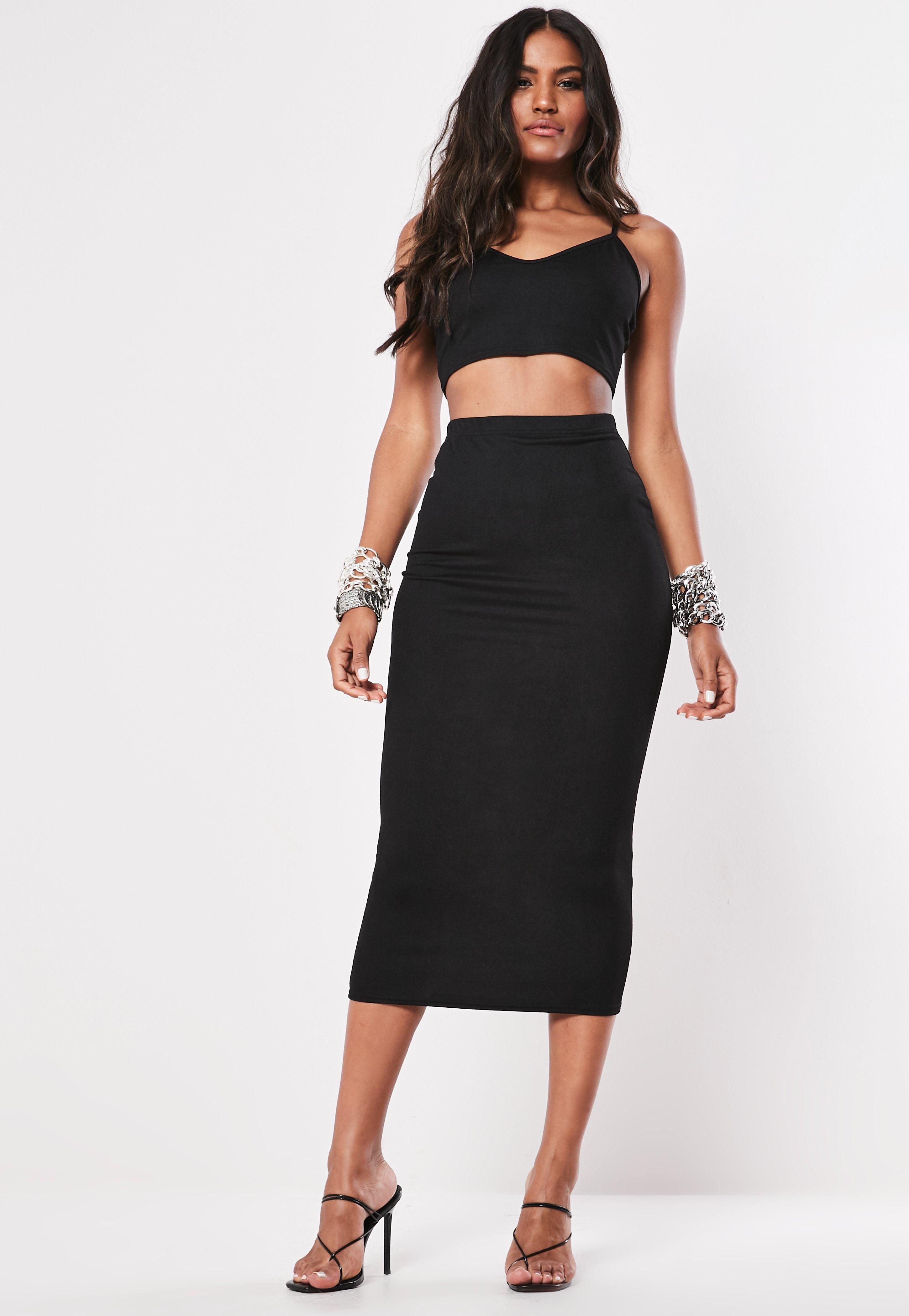 d491b5fca Conjunto crop top con falda midi en negro