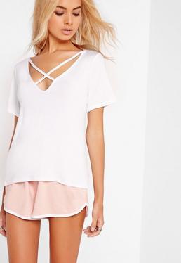 T-Shirt mit V-Ausschnitt und überkreuztem Riemchendesign in Weiß