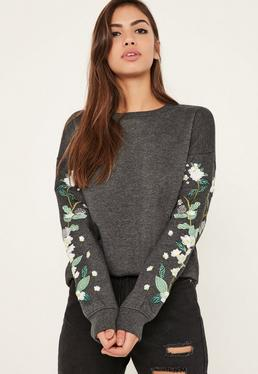 Sweat gris broderies fleuries aux manches