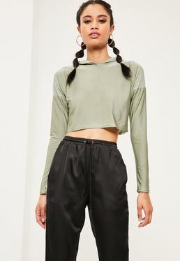 Zielona krótka bluza z kapturem ze śliskiego materiału