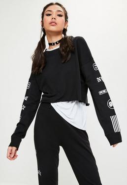 Kurzer Crop-Pullover mit Kontrast-Grafik bedrucktem Arm mit Fransensaum in Schwarz