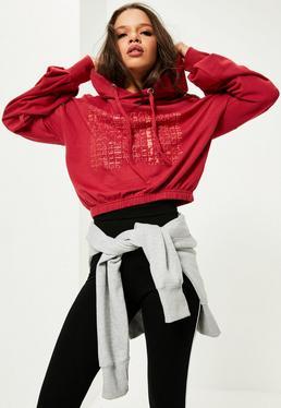 Czerwona krótka bluza z kapturem i napisem Savage
