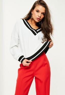 Biała prążkowana bluza z dekoltem V
