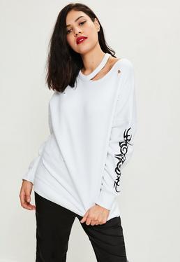 Biała bluza z nadrukiem na rękawie i wycięciem