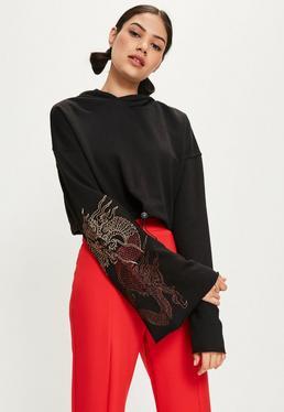 Czarna krótka bluza z kapturem i szerokimi zdobionymi rękawami