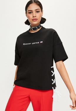 Grafik T-Shirt mit russischem Schriftzug mit Kontrast Seiten-Schnürung in Schwarz