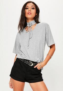 Szary t-shirt z ozdobnym wiązanym chokerem
