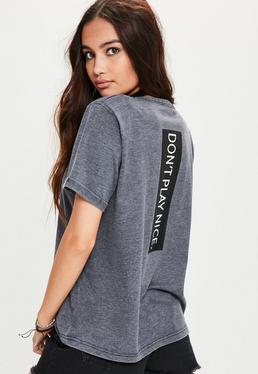 Camiseta con eslogan en la espalda y cuello de gargantilla en azul marino