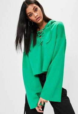 Zielona krótka bluza z kapturem i szerokimi rękawami