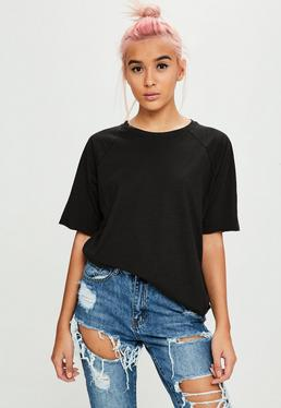 Camiseta con manga raglán en negro