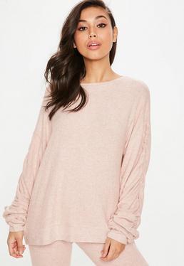 Różowy lekki sweter z marszczonymi rękawami
