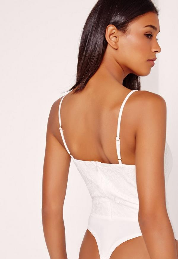 mon superbe body marin et dentelle blanche. € ma robe mi-longue blanche et fleurs roses