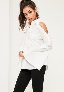 Biała koszula z długimi szerokimi rękawami i wiązaniem na ramionach