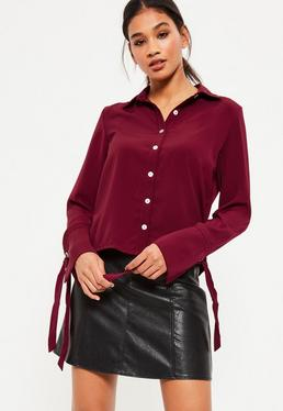 Czerwona koszula z ozdobnymi wiązaniani na rękawach