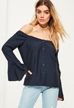 Granatowa bluzka bardot z guzikami i szerokimi rękawami