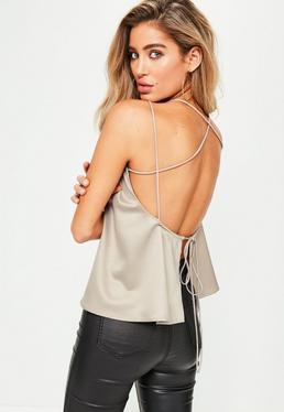 Kremowy top na ramiączkach z ozdobnymi paskami na plecach