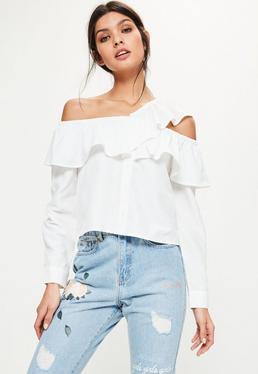 Biała koszula bardot z wycięciem i falbaną