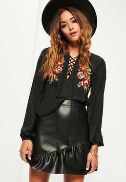 Czarna bluzka z wiązaniem na dekolcie i ozdobnym kwiecistym haftem