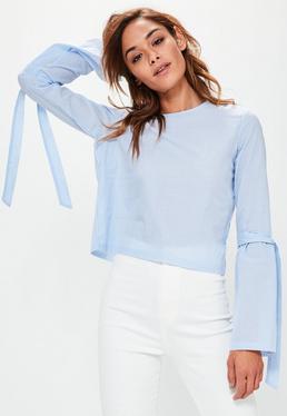 Niebieska bluzka w paski z szerokimi rękawami i wiązaniami