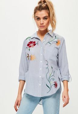 Niebieska koszula w paski z ozdobnym kwiecistym haftem