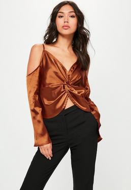 Brązowa satynowa kopertowa bluzka z wyciętymi ramionami