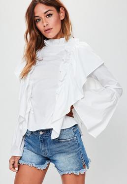 Biała koszula z bardzo szerokimi rękawami i ozdobnymi falbanami
