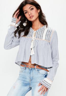 Blusa de rayas de anudado frontal con detalles bordados en azul