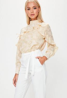 Beżowa bluzka z ozdobnymi falbanami i wiązaniami